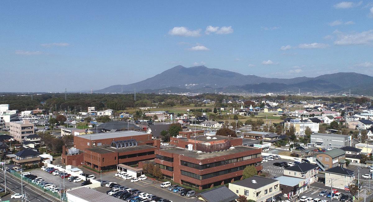 つくば市商工会の建物と筑波山の写真